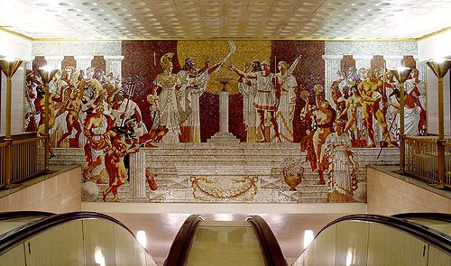Мозаика над эскалаторами