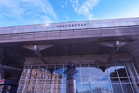 Памятник Чкалову у верхнего вестибюля станции Чкаловская