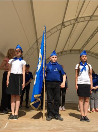 Знаменосцы со знаменем детского лагеря на торжественной линейке