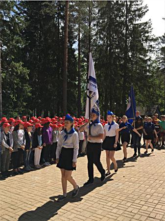 Торжественный вынос флага лагеря