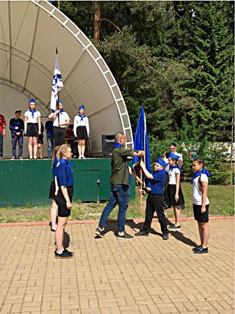 Торжественная передача флага знаменосцами