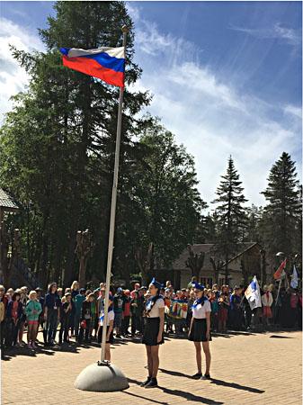 Поднятие флага на торжественной линейке
