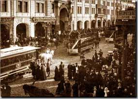 интенсивное движение транспорта и людей по Садовая улице в начале 20 века
