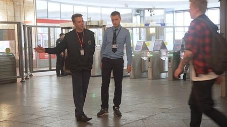 Инспекторы СТБ приглашают пассажира на досмотр
